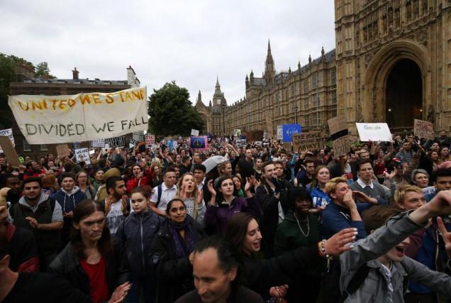Des Britanniques ont manifesté, hier à Londres, pour... (PHOTO JUSTIN TALLIS, AGENCE FRANCE-PRESSE)