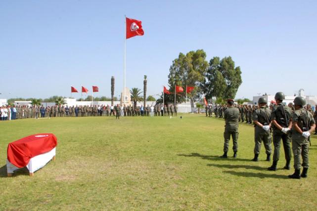 À la caserne militaire de L'Aouina, une brève... (PHOTO AFP)