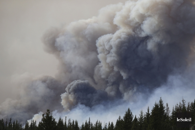 L'incendie a entraîné le déplacement d'environ 90 000... (Photothèque Le Soleil, AFP, Cole Burston)