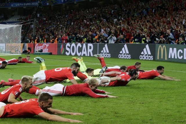 Les joueurs du pays de Galles ont célébré... (AP, Petr David Josek)