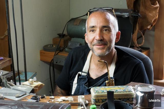 Pour ses bijoux, Matthieu Cheminée utilise une technique... (Alain Dion, La Voix de l'Est)