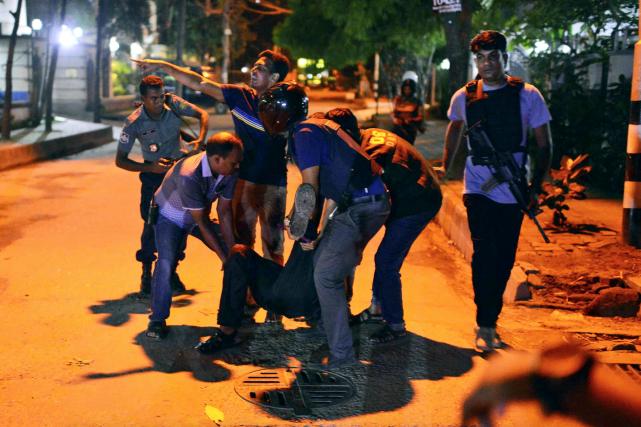 Des citoyens aident un blessé après qu'une dizaine... (AP)