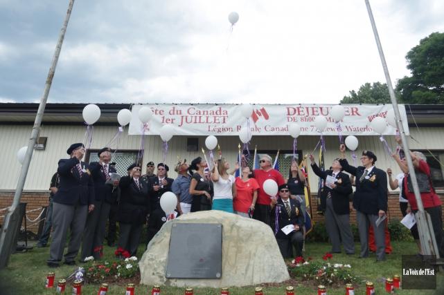 La cérémonie s'est clôturée par l'envolée d'un bouquet... (Catherine Trudeau, La Voix de l'Est)