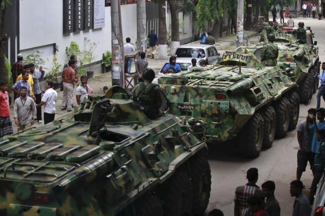 Des véhicules blindés sillonnent le quartier au lendemain... (Photo AP)