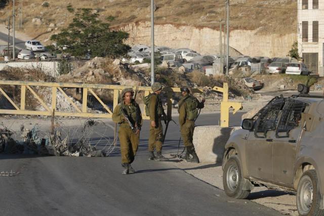 L'armée israélienne a bouclé samedi la poudrière de Hébron, la plus grande... (Photo AP)