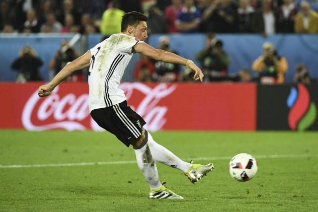 Mezut Özil... (AFP, Vincenzo Pinto)