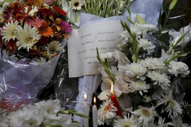 Des fleurs et des bougies ont été déposées... (PHIOTO ADNAN ABIDI, REUTERS)