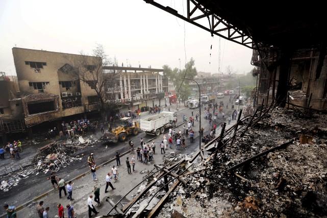 Une femme irakienne pleure la mort de dizaines... (AP, Hadi Mizban)