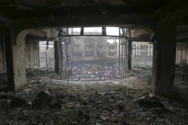 Des civils et des représentants des autorités iraquiennes... (Hadi Mizban, AP)