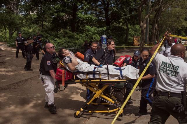 L'homme a été transporté à l'hôpital dans un... (AP, Andres Kudacki)