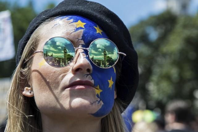 Une femme participe à une marche devant le... (Agence France-Presse)