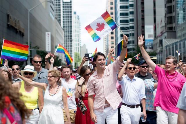 Justin Trudeau est accompagné de la première ministre... (La Presse Canadienne, Nathan Denette)