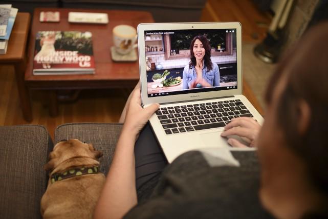 Une femme regarde un vidéo YouTube de la... (Agence France-Presse)
