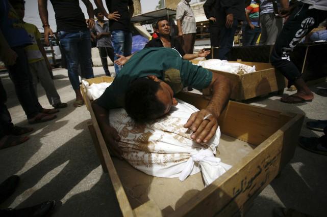 Des Irakiens pleurent la mort de proches tués... (AFP, Haidar Hamdani)