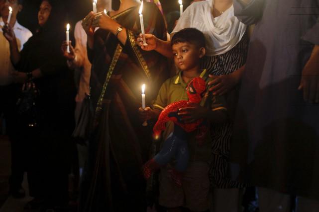 Un jeune garçon participe à une veillée en... (Associated Press)