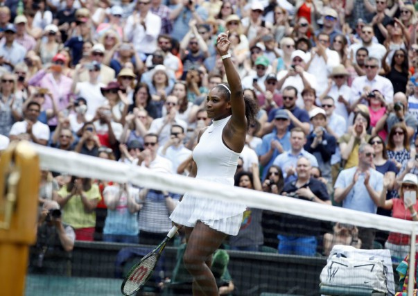 Serena Williams a battu l'Allemande Annika Beck, dimanche.... (Alastair Grant, Associated Press)