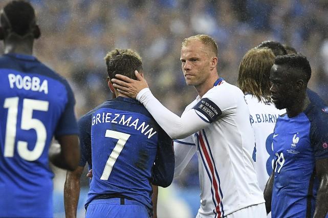 L'attaquant islandais Eidur Gudjohnsen félicite Antoine Griezmann de... (Photo Agence France-Press, FRANCK FIFE)