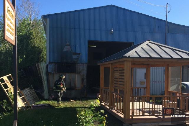 L'extérieur du garage Pneus St-Denis a pris feu... (La Tribune)