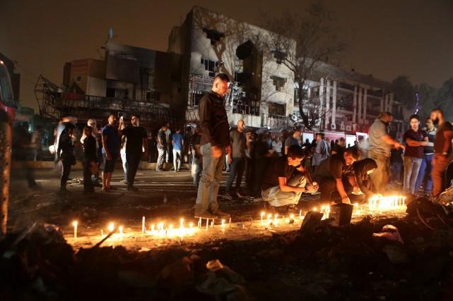 Une veillée aux chandelles au centre de Bagdad... (AP, Hadi Mizban)