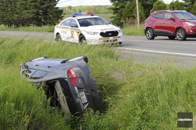 La voiture de l'homme en crise a terminé... (Photo Le Quotidien, Gimmy Desbiens)
