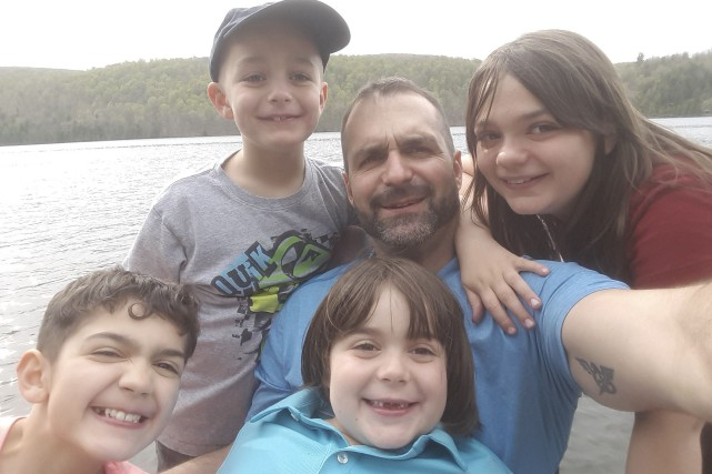 François Pelletier est entouré de ses quatre enfants,... (Photo fournie)