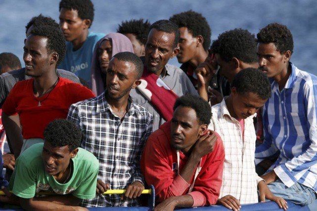 Des migrants patientent ai quai d'Augusta, en Sicile,... (PHOTO ANTONIO PARRINELLO, REUTERS)