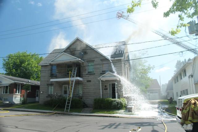 Un incendie s'est déclaré, lundi matin, au 4892 rue Dollard, à Lac-Mégantic,... (Photo collaboration spéciale Gilles Thibodeau)