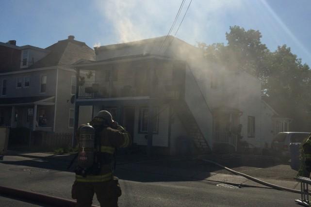 Un immeuble à logements situé au centre-ville de Granby a été endommagé par un... (Karine Blanchard)