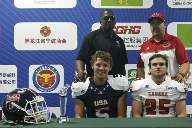 Félix Lussier-Roy, à droite, a été nommé joueur... (Courtoisie USA football)