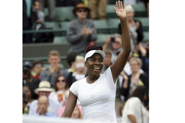 La quintuple championne à Wimbledon, Venus Williams,  se... (Associated Press)