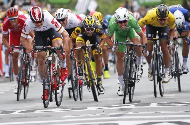 Mark Cavendish, troisième à droite, traverse le fil... (AP, Christophe Ena)