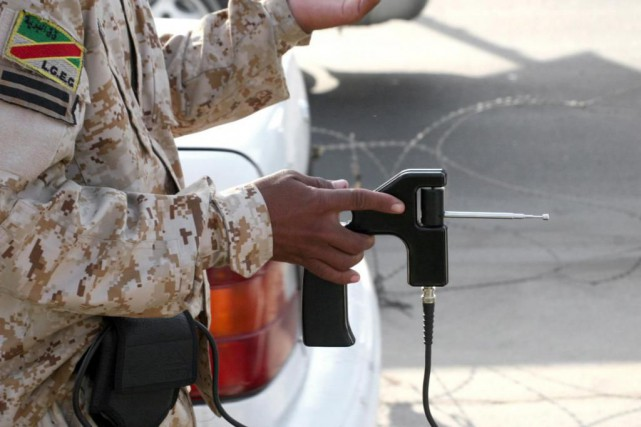 Les détecteurs d'explosifs utilisés par les forces de... (Photo Khalil Al-Murshidi, archives Agence France-Presse)