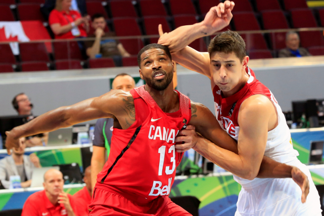 Tristan Thompson, du Canada, et Samet Geyik, de... (Photo Romeo Ranoco, Reuters)