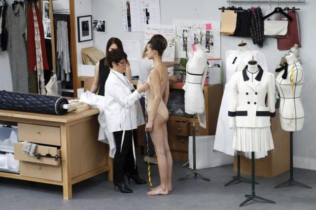 Karl Lagerfeld a transporté mardi le défilé Chanel à Paris au coeur même de la... (PHOTO AFP)