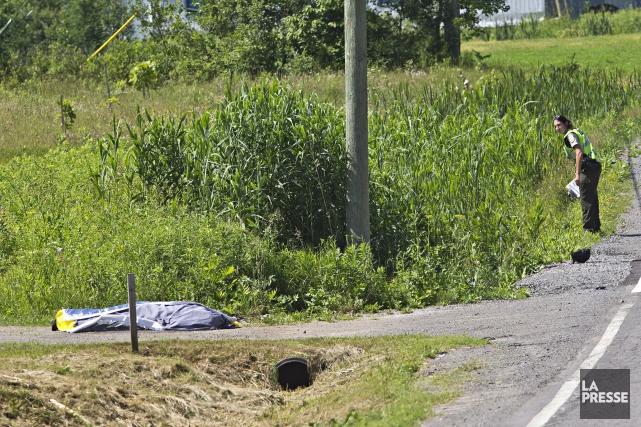 La victime se trouvait dans le fossé depuis... (PHOTO PATRICK SANFAÇON, LA PRESSE)