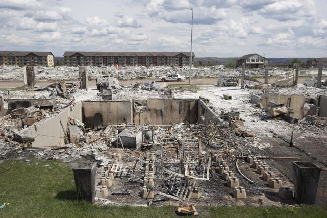 L'incendie a détruit environ 2400 maisons et édifices.... (Photo Jason Franson, La Presse Canadienne)
