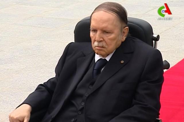 En fauteuil roulant, M.Bouteflika, 79 ans, ancien officier... (IMAGE AFP)