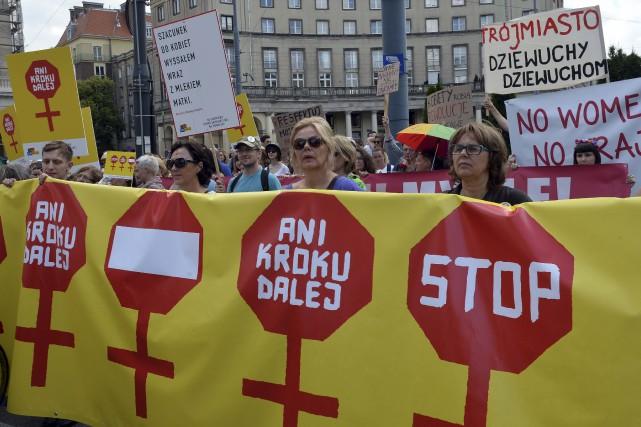 Une manifestationanti-avortement, le 18 juin dernier à Varsovie... (AFP, Janek Skarzynski)