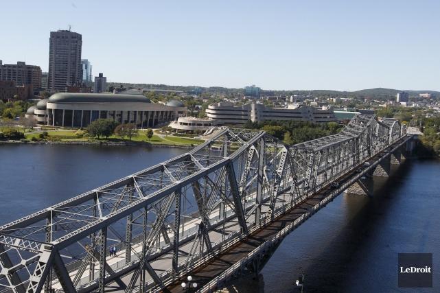 Un Festibière à saveur pancanadienne traversant le pont Alexandra, un festival... (Patrick Woodbury, LeDroit)