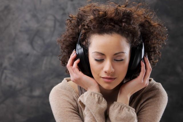 La musique en ligne sur téléphone intelligent profite... (123RF/stokkete)