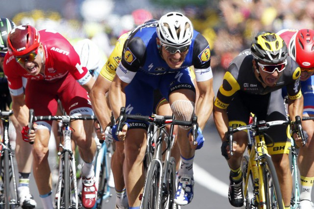Kittel (au centre) a devancé le peloton au... (Christophe Ena, Associated Press)