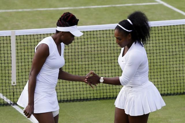 Venus Williams, à gauche, et sa soeur Serena... (AP, Kirsty Wigglesworth)