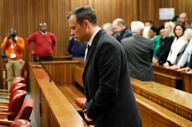 Oscar Pistorius, qui a 29 ans, faisait face... (Photo MARCO LONGARI, AFP)