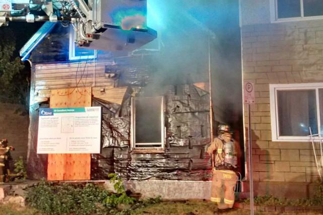 La police d'Ottawa enquête sur l'incendie survenu dans... (Courtoisie Scott Stilborn (@OFSFirePhoto))