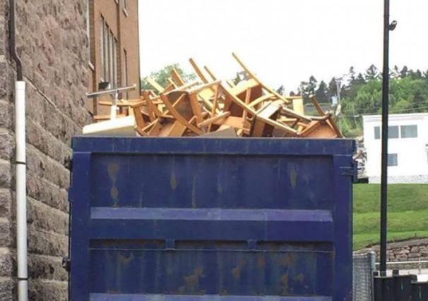 Un conteneur rempli de mobilier scolaire a soulevé l'indignation de plusieurs,... ((photo tirée d'Internet))