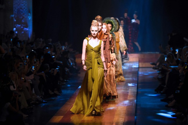 Les robes de Jean Paul Gaultier reproduisent les... (PHOTO AFP)
