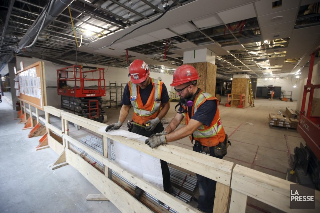 Des ouvriers syndiqués qui travaillent à la construction du futur Centre... (PHOTO Martin Chamberland, ARCHIVES LA PRESSE)