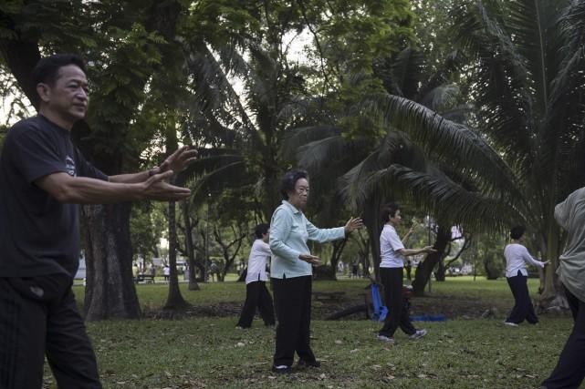 Des personnes âgées pratiquent le taï chi dans... (AFP, Lillian Suwanrumpha)
