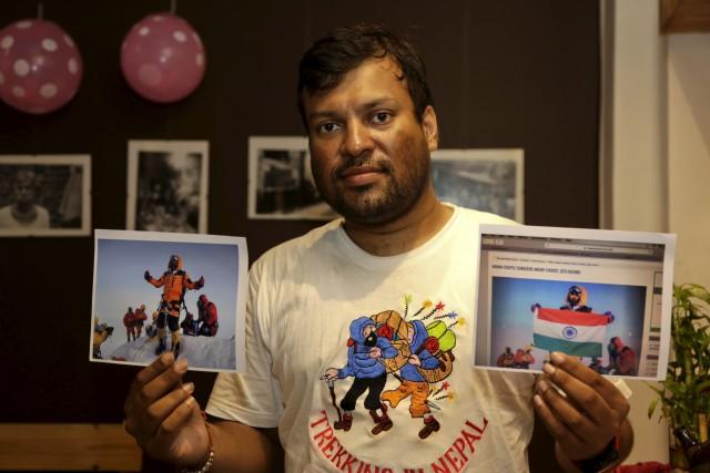 Satyarup Sidhantha tient dans sa main droite une... (AP, Bikas Das)
