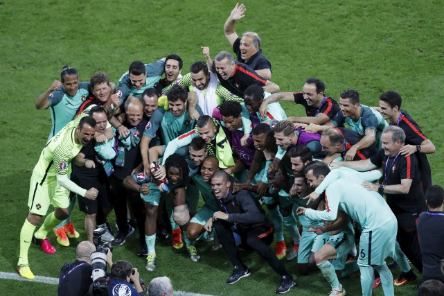 La troupe portugaise célébrant devant les dizaines et... (Associated Press)